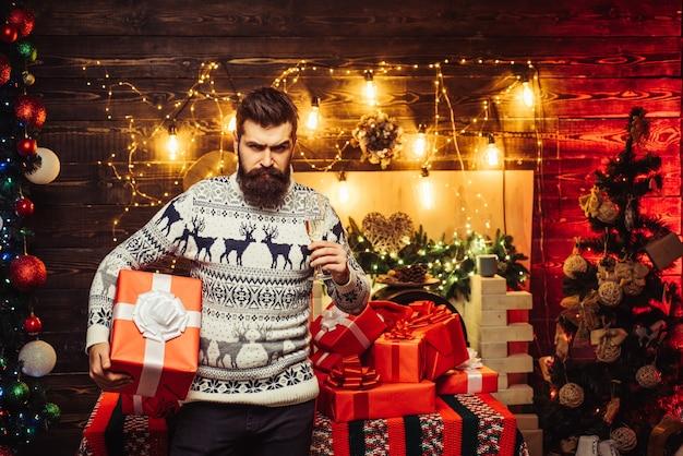 自宅でサンタクロース。サンタは家で新年を祝いました。新年会。流行に敏感なサンタクロース