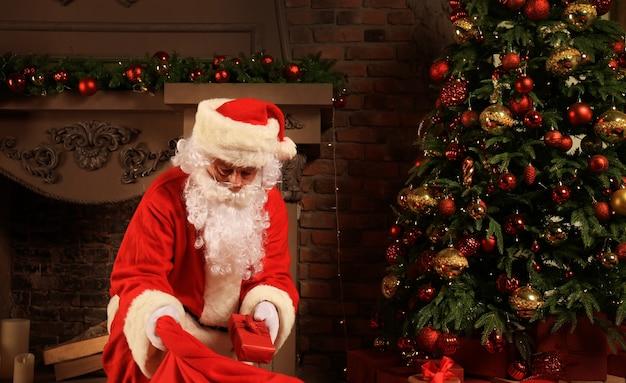 サンタクロースはクリスマスプレゼントと一緒に袋を持ってきます。