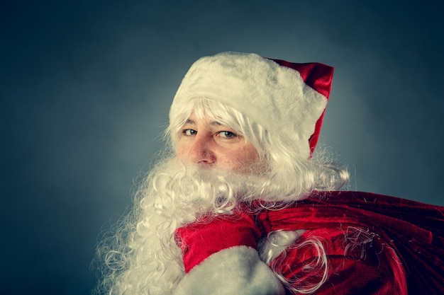산타 클로스는 선물 가방을 들고 있습니다. 크리스마스 판타지.