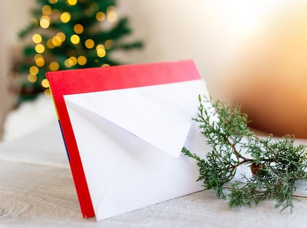 흐릿한 조명 배경에 크리스마스 트리와 빨간색 배경에 산타 클로스 크리스마스 게시물