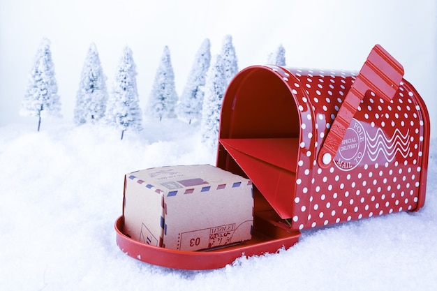 Рождественский пост санта-клауса на фоне белого снега и елки