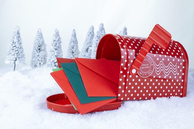 하얀 눈과 크리스마스 나무 배경에 산타 클로스 크리스마스 게시물