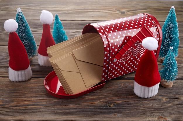 산타 모자 개미 크리스마스 나무와 나무 배경에 산타 클로스 크리스마스 게시물.