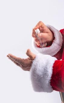 Дед мороз чистит руки гелем, предотвращая заражение в белой стене