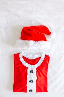 Одежда санта-клауса, сложенная на белом фоне