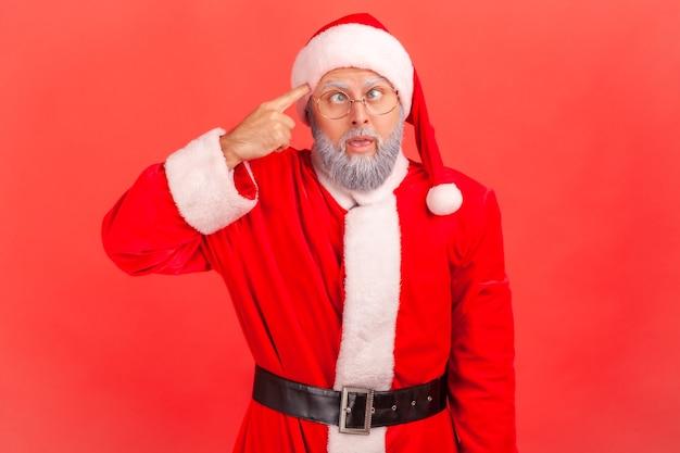 サンタクロースは目を細め、愚かなジェスチャーを見せ、狂気の計画を探して非難しました。