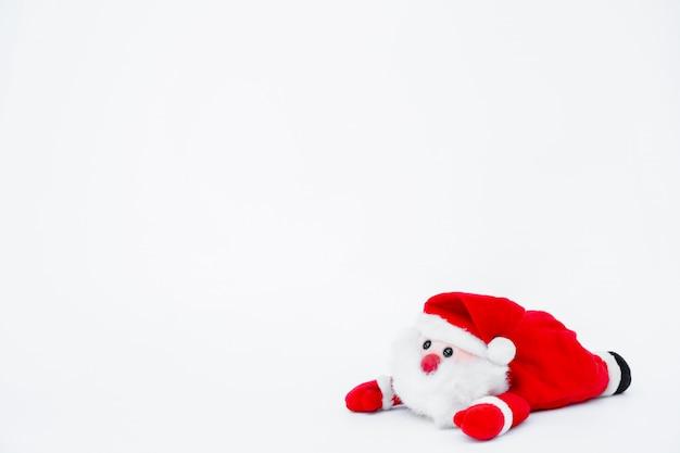 サンタクロースの人形に孤立した白い背景、クリスマスの装飾
