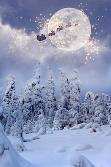 Санта-клаус летит по небу над заснеженным лесом.
