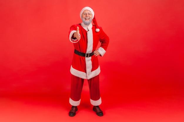 Санта-клаус дает руку для рукопожатия и приветствия.