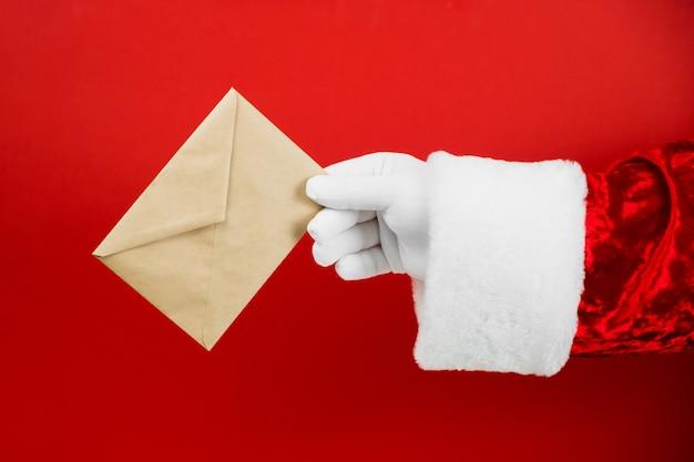 산타 클로스 손을 잡고 편지와 공예 봉투 프리미엄 사진