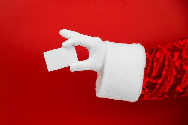 빨간색에 빈 플라스틱 신용 카드를 들고 산타 클로스 손