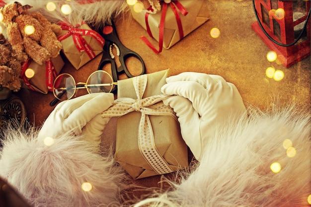 Санта-клаус рука держит подарок