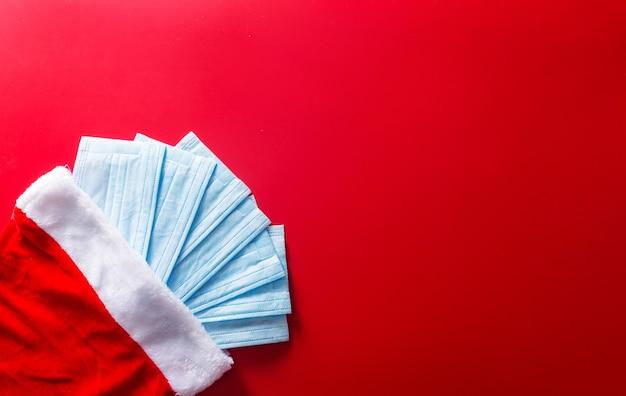 Шапка санта-клауса и медицинские защитные маски