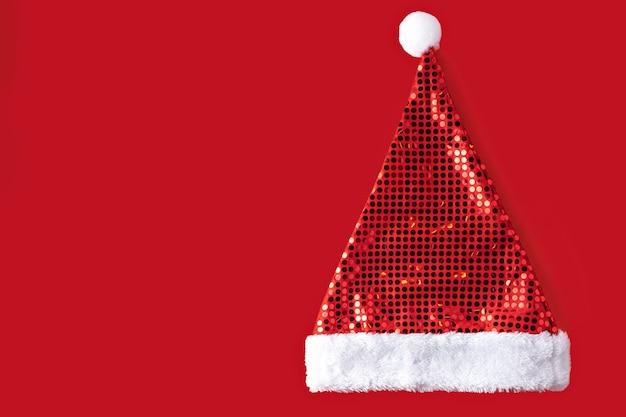 Шляпа санта-клауса изолированные на красном фоне рождественские новогодние украшения карты