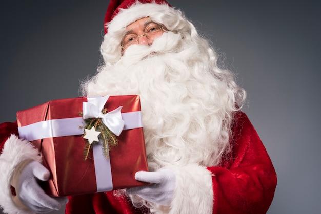 Санта-клаус держит подарочную коробку