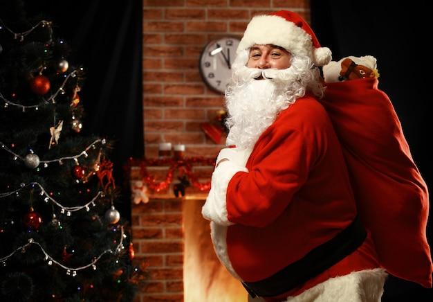 아이들을위한 선물 들고 자루를 들고 산타 클로스
