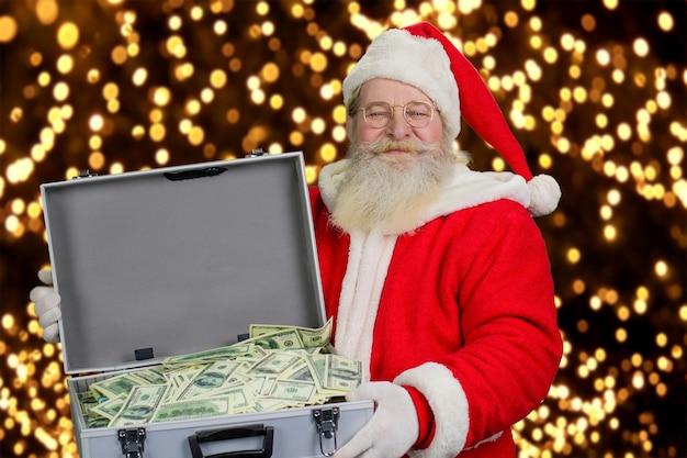 Санта-клаус держит дело с деньгами.