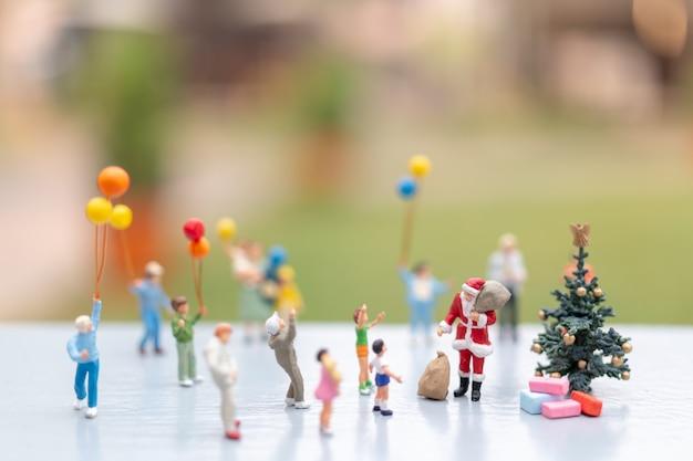 행복 한 가족을위한 선물을 들고 산타 클로스