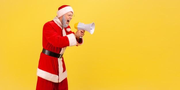 확성기를 들고 공격적인 표정으로 소리치는 산타클로스.