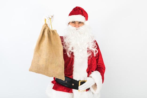 Санта-клаус держит мешок на белом фоне
