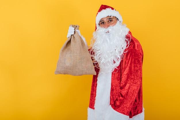 Санта-клаус держит мешок желтый