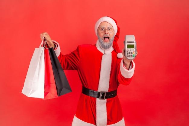 サンタクロースが買い物袋を持って、カメラに端末を表示し、非接触型決済を行います。