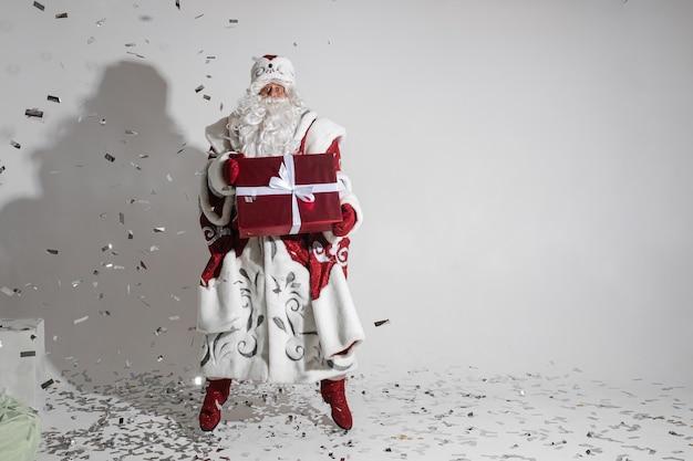 산타 클로스 지주 실버 색종이 샤워 되 고 크리스마스 선물 포장.