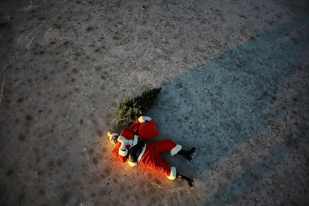 산타클로스는 선물과 크리스마스 트리를 들고 서둘러 새해를 맞이합니다. 아이스 스케이트를 탄 산타클로스는 크리스마스에 간다.