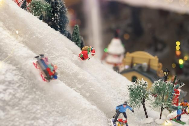 サンタクロースは雪の冬のシーンでスキーをしています