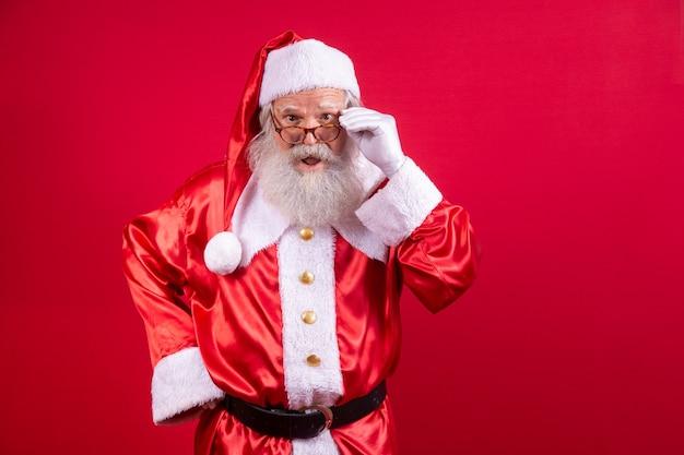 카메라를 찾고 산타 클로스입니다. 크리스마스가 다가오고 있습니다. 메리 크리스마스. 산타가 보고 있다