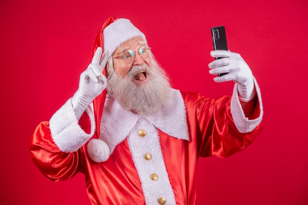Санта-клаус делает селфи со смартфоном