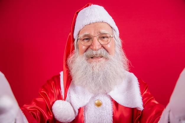 셀카를 찍는 산타클로스. 크리스마스 밤입니다. 선물 배달. 아이들의 매혹적인 꿈.