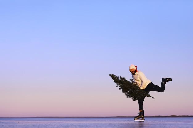 Дед мороз на коньках идет на рождество. дед мороз спешит встречать новый год с подарками и елкой.