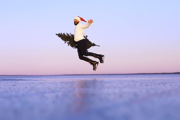 아이스 스케이트를 탄 산타클로스는 크리스마스에 간다. 산타클로스는 선물과 크리스마스 트리를 들고 서둘러 새해를 맞이합니다.