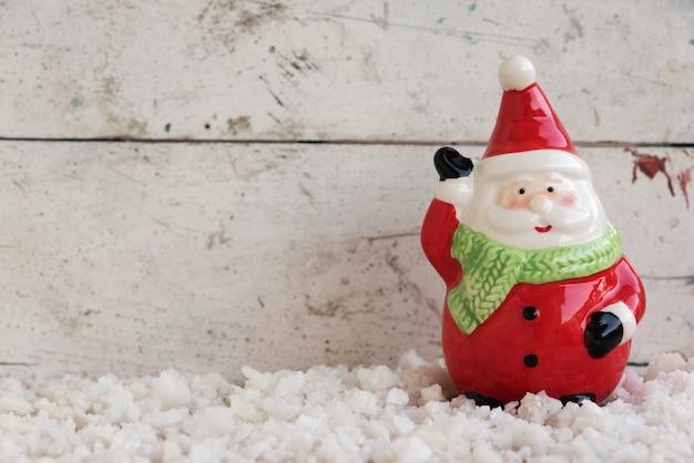 サンタクロース、雪の上に