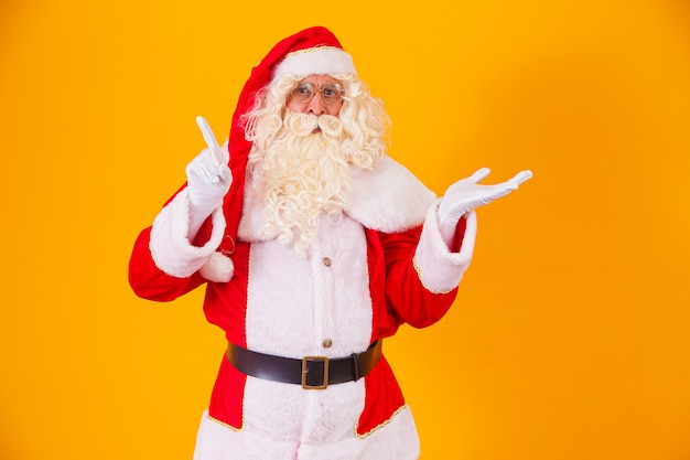 텍스트에 대 한 공간을 가리키는 산타 클로스입니다. 할인, 마케팅, 세일, 광고, 사은품, 사은품 판매시간! 크리스마스가 다가오고 있다