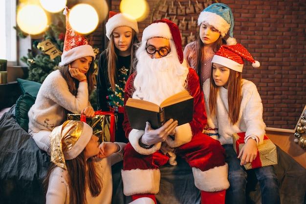 サンタクロースが子供たちのグループに本を読んで