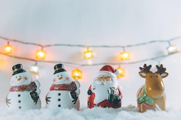 サンタクロース、トナカイ、雪だるま、オーナメントのクリスマスアイテムが静かな夜を飾ります。