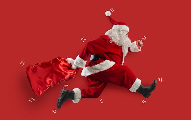 サンタクロースはすべての贈り物を届けるために速く走ります