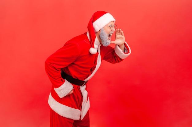 サンタクロースが大声で叫び、積極的な表情をしています。