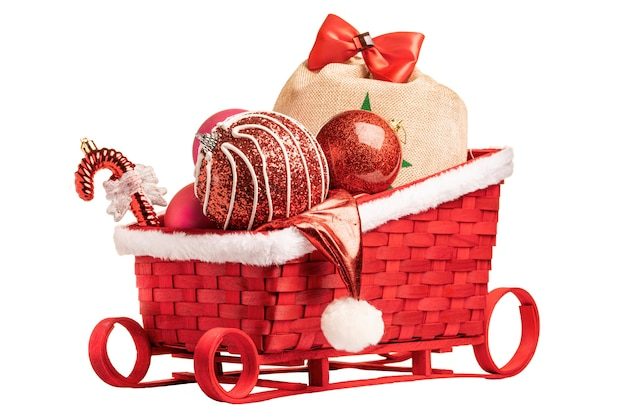 Сани санта-клауса с рождественскими красными воздушными шарами и подарками. изолируйте на белой стене.
