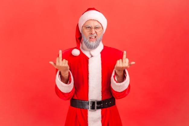 サンタクロースが立って攻撃的な顔で見て、中指を示しています。