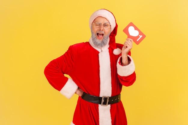 카메라를 향해 윙크하는 산타클로스, 흥미로운 콘텐츠로 블로그 공유.