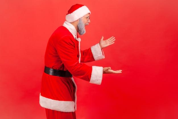 손을 들고 분개한 표정으로 서서 갈등의 이유를 묻는 산타클로스.
