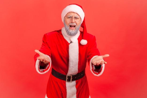 손을 들고 서 있는 산타클로스, 화난 표정.