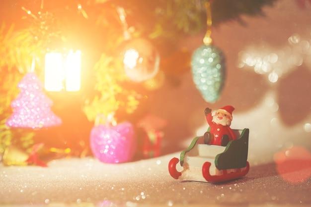 Клаус санта игрушка рядом с светящегося объекта