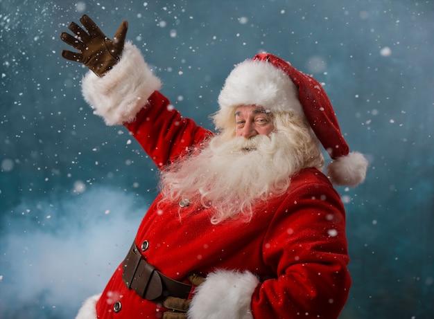 Санта-клаус, приветствуя северный полюс
