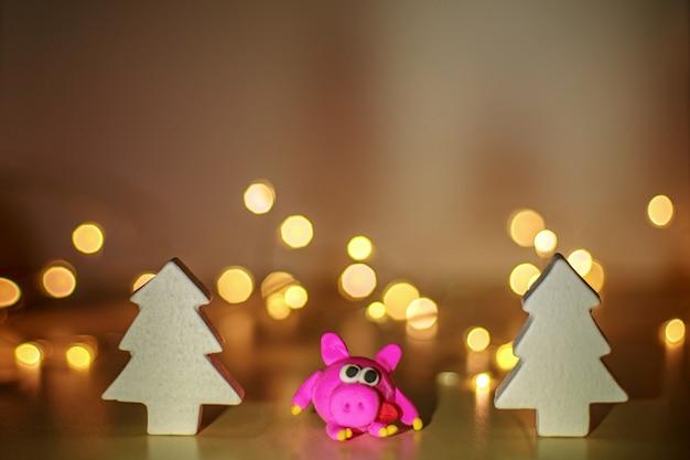 ガーランドライトのクリスマスツリーとサンタクロースクリスマスの背景新年のコンセプト