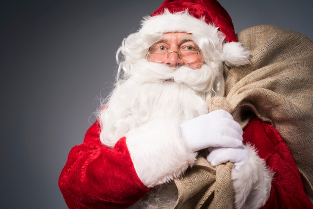 선물 자루와 산타 클로스