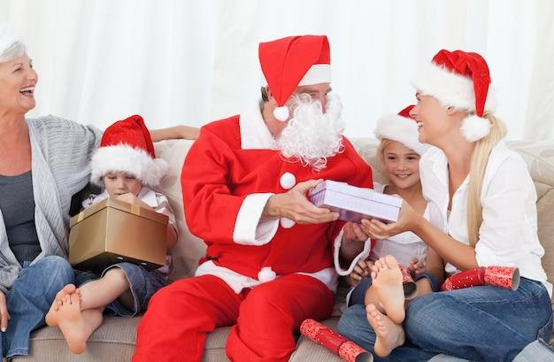 Санта-клаус со счастливой семьей